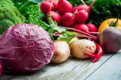 在桌木头的新鲜蔬菜 免版税图库摄影