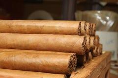 在桌的古巴雪茄 库存照片