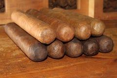 在桌的古巴雪茄 免版税库存图片