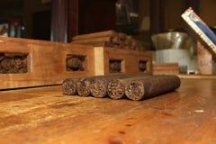 在桌的古巴雪茄 库存图片