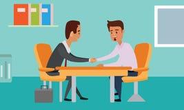 在桌的商人握手 谈话在表上 闭合的交易 图库摄影