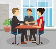 在桌的商人握手 谈话在表上 免版税库存照片
