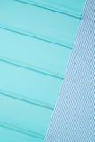 在桌的蓝色和白色毛巾 库存图片