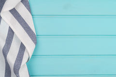 在桌的蓝色和白色毛巾 库存照片