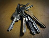 在桌的钥匙 库存图片