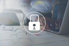 在桌背景的办公室挂锁表示在工作的安全 免版税库存图片