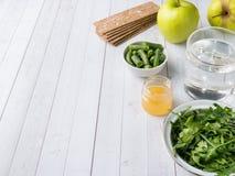 在桌芝麻菜青豆苹果计算机水蜂蜜薄脆饼干的健康饮食食物 免版税库存图片
