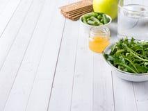 在桌芝麻菜青豆苹果计算机水蜂蜜薄脆饼干的健康饮食食物 免版税图库摄影