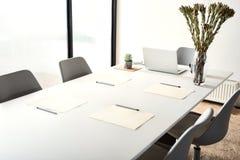 在桌附近的舒适椅子在办公室 免版税库存照片