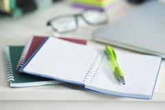 在桌面上是笔记本和笔 免版税图库摄影
