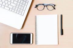在桌面上的企业辅助部件:笔记本,日志,钢笔 免版税库存图片