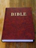 在桌面上的圣经书 库存图片