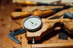 在桌面上的工具在车间 做小提琴 刨花和尘土,创造性的混乱 免版税库存照片