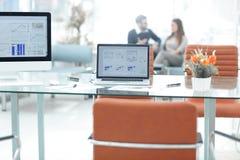在桌面上的显示器在一个现代办公室 另外的背景企业格式 图库摄影