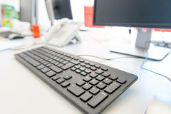 在桌面上的现代计算机 库存图片