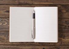 在桌面上的笔记本 免版税库存图片