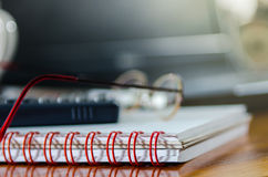 在桌面上的Cloesup书在家庭办公室 库存图片