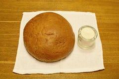 在桌面包和盐 库存照片