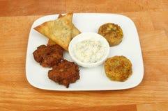 在桌面的印地安快餐选择 免版税库存照片