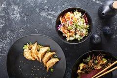 在桌顶上的视图的亚洲烹调盘 免版税库存照片