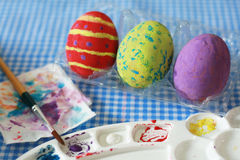在桌,在黄色鸡蛋的选择聚焦上的复活节彩蛋 库存图片