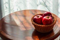 在桌,早晨上的苹果在窗口旁边的屋子里 免版税库存图片