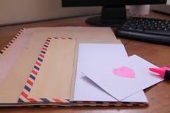 在桌,版本5上的信封 免版税库存照片