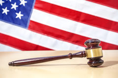 在桌,美国旗子上的法官惊堂木 3d背景正义缩放比例符号白色 库存照片