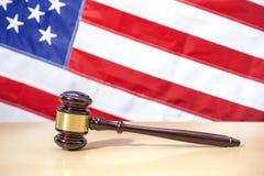 在桌,美国旗子上的法官惊堂木 3d背景正义缩放比例符号白色 图库摄影