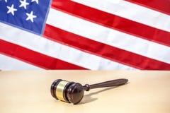 在桌,美国旗子上的法官惊堂木 3d背景正义缩放比例符号白色 免版税图库摄影