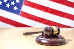 在桌,美国旗子上的法官惊堂木 3d背景正义缩放比例符号白色 库存图片