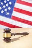 在桌,美国旗子上的法官惊堂木 3d背景正义缩放比例符号白色 免版税库存照片