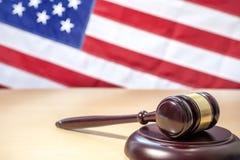 在桌,美国旗子上的法官惊堂木 3d背景正义缩放比例符号白色 免版税库存图片