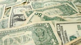 在桌-从冠上的底部的照相机平底锅上的美金 股票录像