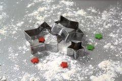 在桌2014年11月17日上的圣诞节自创姜饼曲奇饼 免版税图库摄影