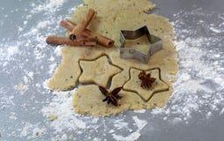 在桌2014年11月17日上的圣诞节自创姜饼曲奇饼 图库摄影