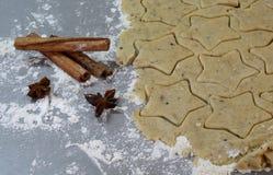 在桌2014年11月17日上的圣诞节自创姜饼曲奇饼 免版税库存图片
