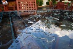 在桌玻璃的Waterdrops 免版税图库摄影