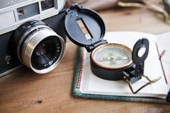 在桌whith护照、葡萄酒照相机、指南针、太阳镜和帽子的计划的下次旅行 库存图片