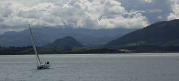 在桑坦德海湾的小船 免版税库存照片