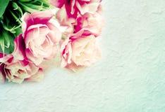 在桑树纸的人造花背景的 免版税库存照片