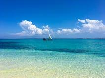 在桑给巴尔海岛的白色小船 图库摄影