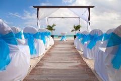 在桑迪热带加勒比海滩的浪漫婚礼 图库摄影