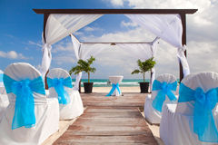 在桑迪热带加勒比海滩的浪漫婚礼 免版税库存照片