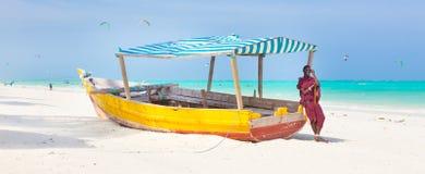 在桑给巴尔的白色热带沙滩 免版税库存照片