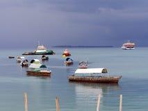 在桑给巴尔石头城港的小船在风暴前的 图库摄影