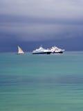 在桑给巴尔石头城港的小船在风暴前的 免版税图库摄影