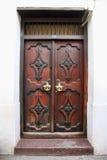 在桑给巴尔石头城的老木门 免版税库存照片