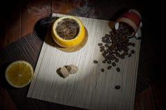 在桔子煮的咖啡 免版税库存图片