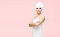 在桔子的毛巾包裹的年轻,美丽和自然妇女 免版税库存照片
